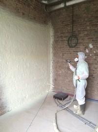 Isolation d'un mur par polyuréthane projeté